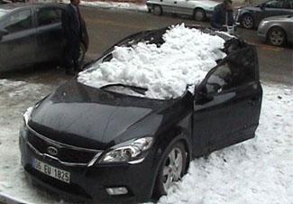 Çatıdan kar kütlesi düştü