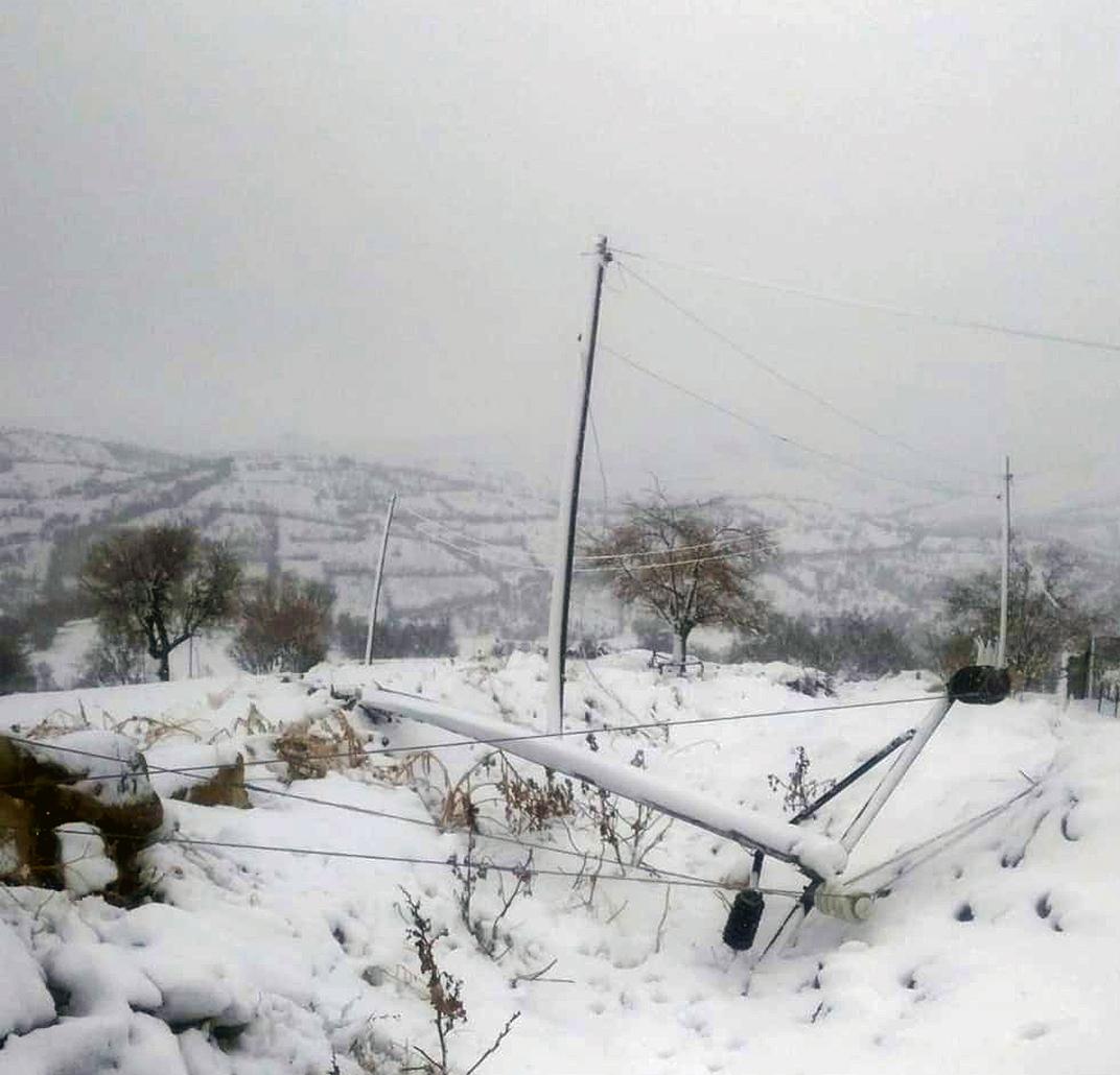Diyarbakır'da fırtınanın bir gecede yıktığı elektrik şebekesi onarıldı
